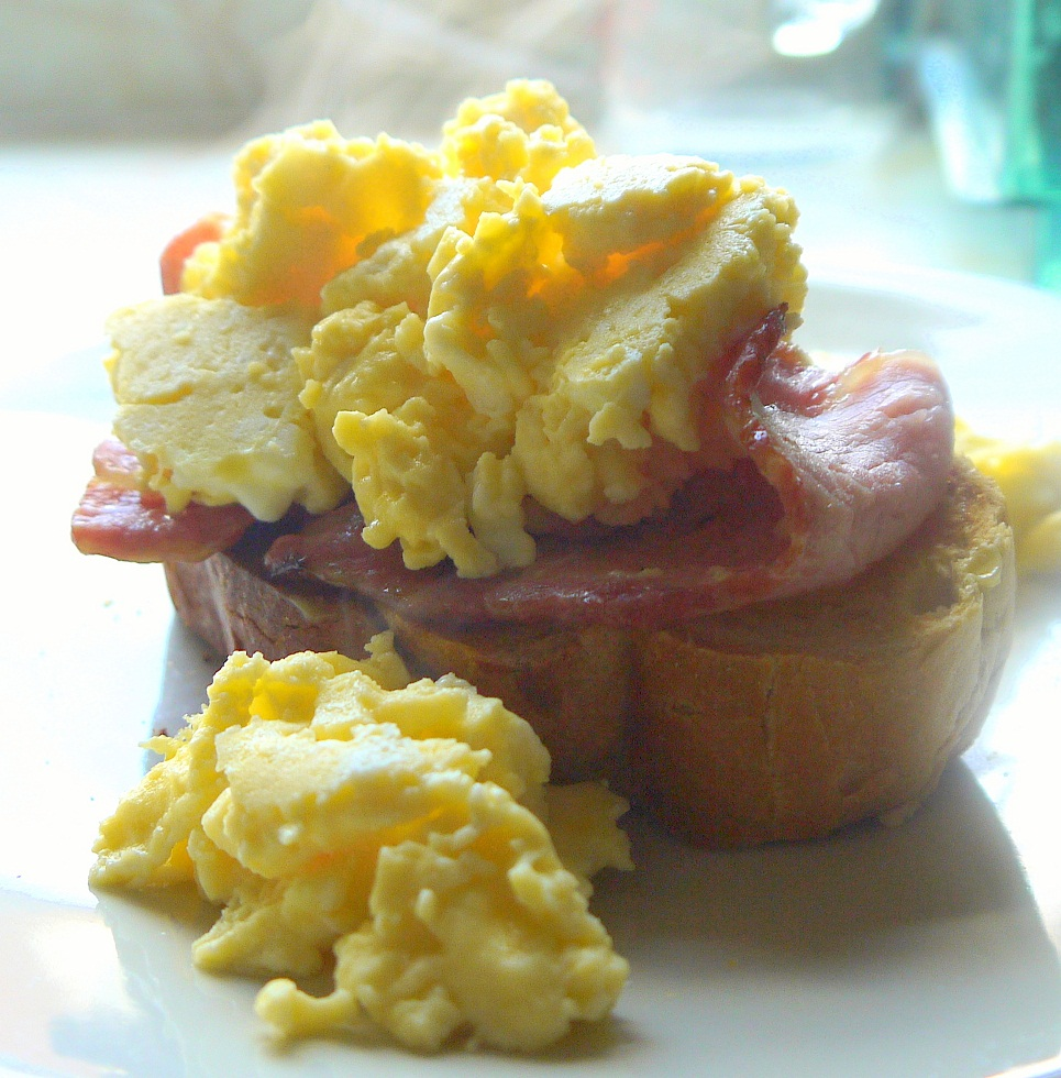 photo of scrambled egg and bacon on toast